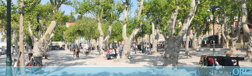Photo Saint Tropez : La place anim�e des Lices.